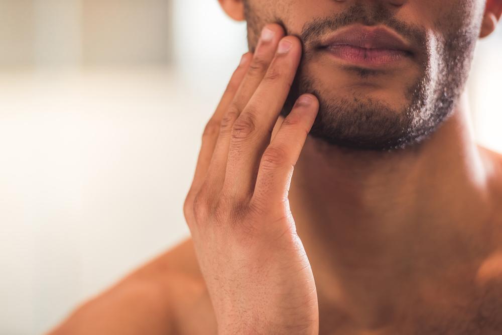 La différence entre la tondeuse à barbe et le rasoir électrique