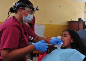 Traiter les caries dentaires pour avoir des gencives saines
